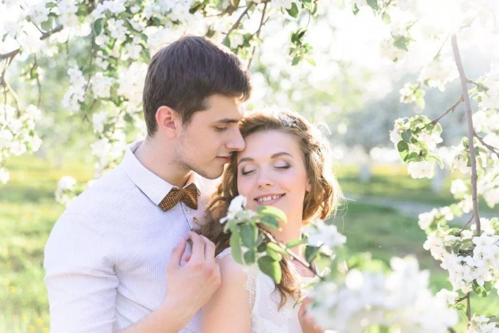Фото парень с девушкой весной
