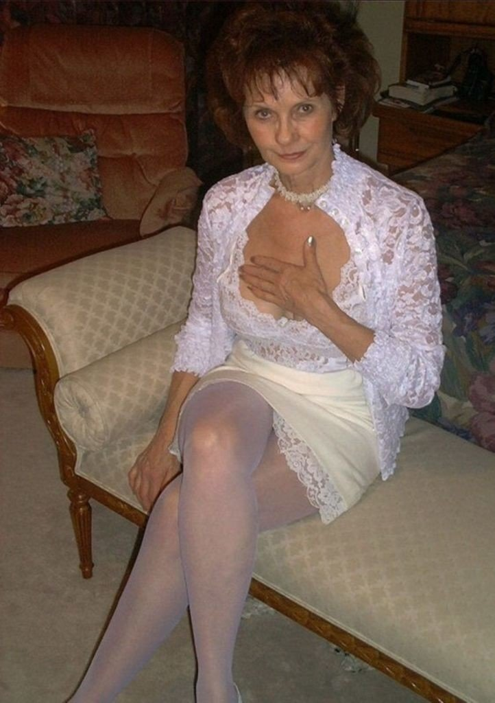 Леди бальзаковского возраста в чулках в кровати эротика фото вроде голая