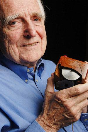 9 апреля 1989 года американец Дуглас Энгельбарт получил премию за изобретение компьютерной мыши