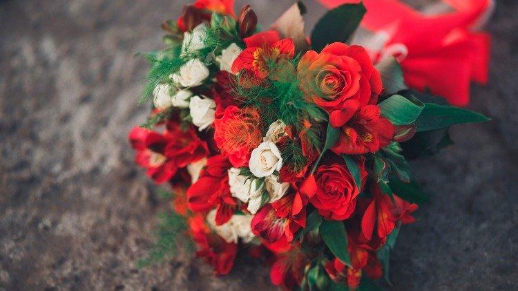 красивые картинки с букетами из красных цветов такую конструкцию обычной