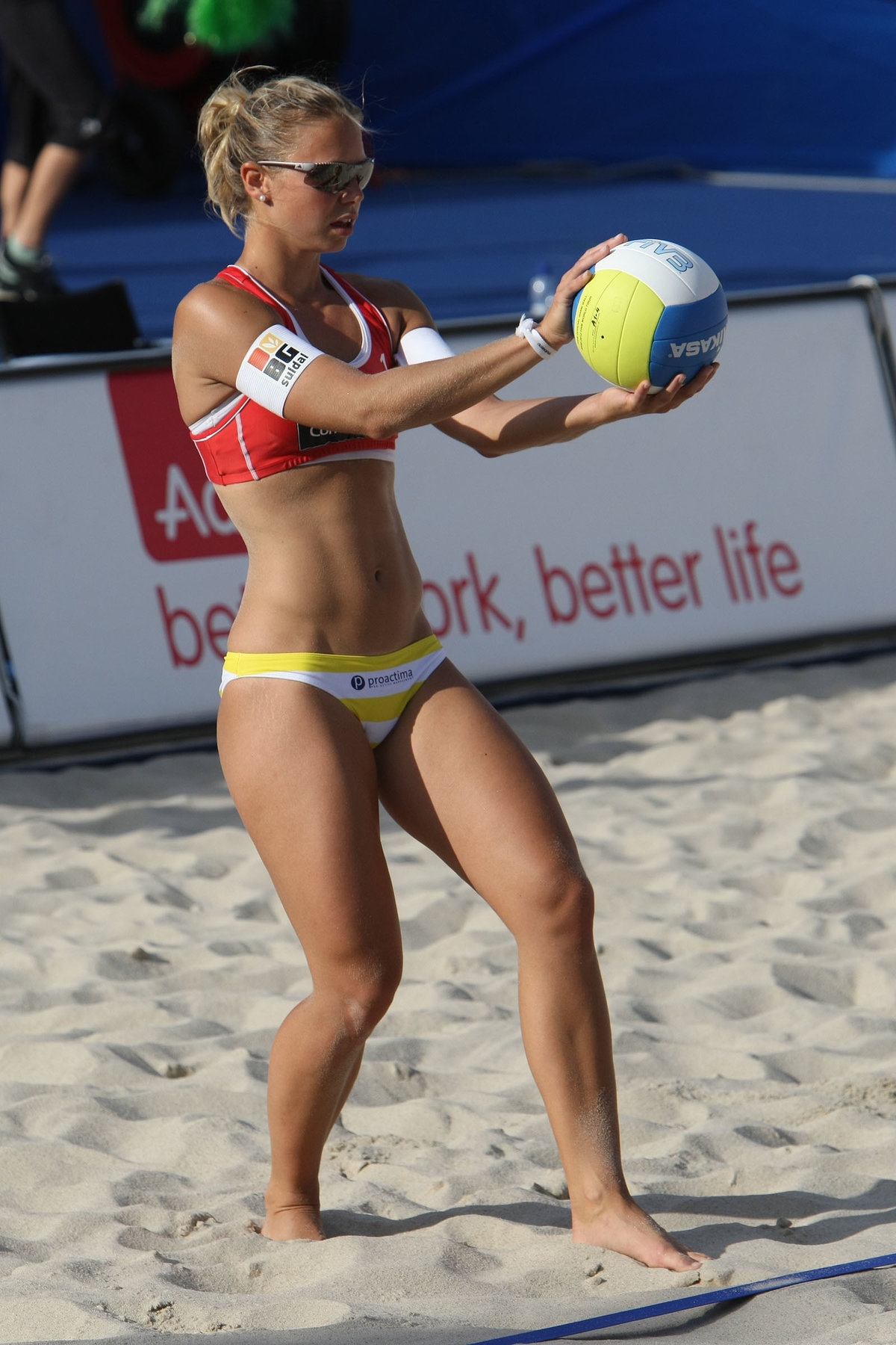 Фото красотка топлес играют волейбол очень большой