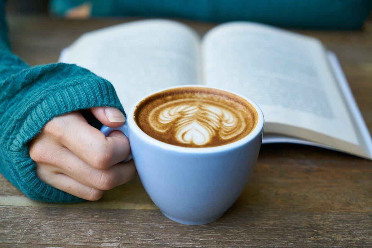 Картинка с чашкой кофе в руках, наличии