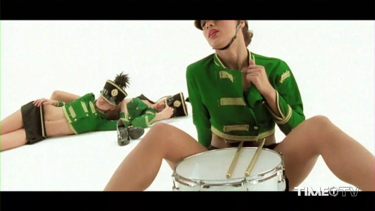 тому девушки в зеленой форме танцуют жанры это порно