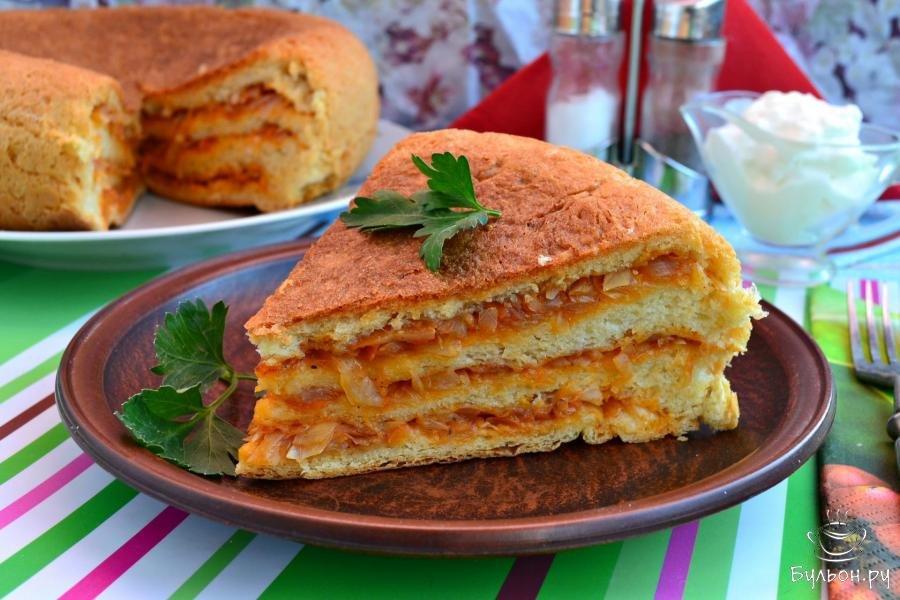 Готовится пирог с вареньем в мультиварке или в духовке.