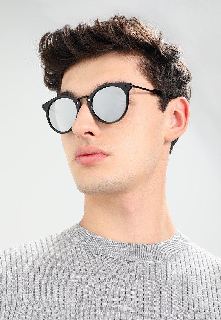 мужчина в круглых очках фото мало