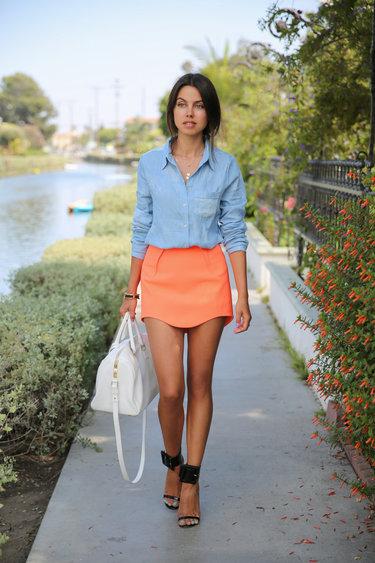 Фото девушка в джинсовой юбочке позирует