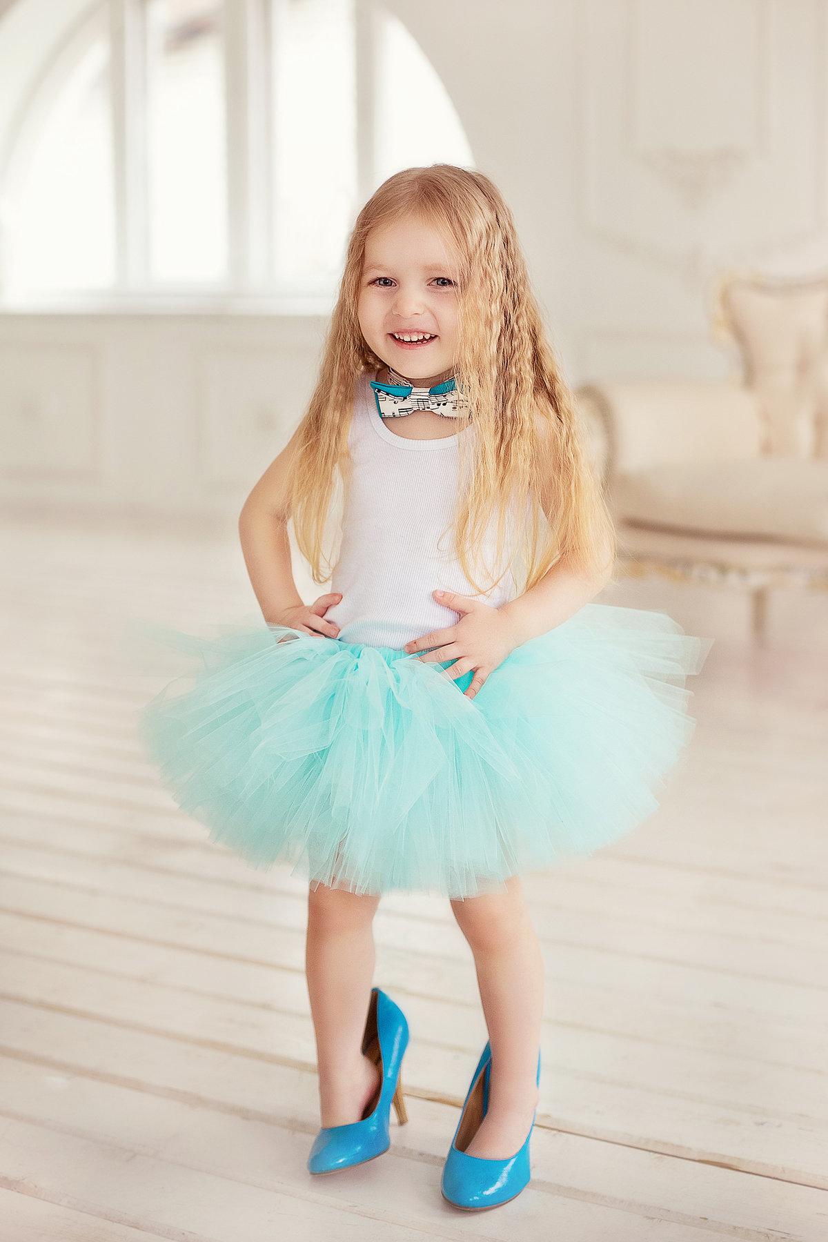 Картинка девочка в больших туфлях