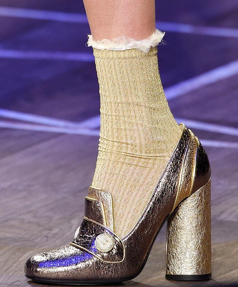 69ea9f7d3c85 Одно время красивые женские носки с босоножками считались верхом  безвкусицы, но потом модные тенденции изменились
