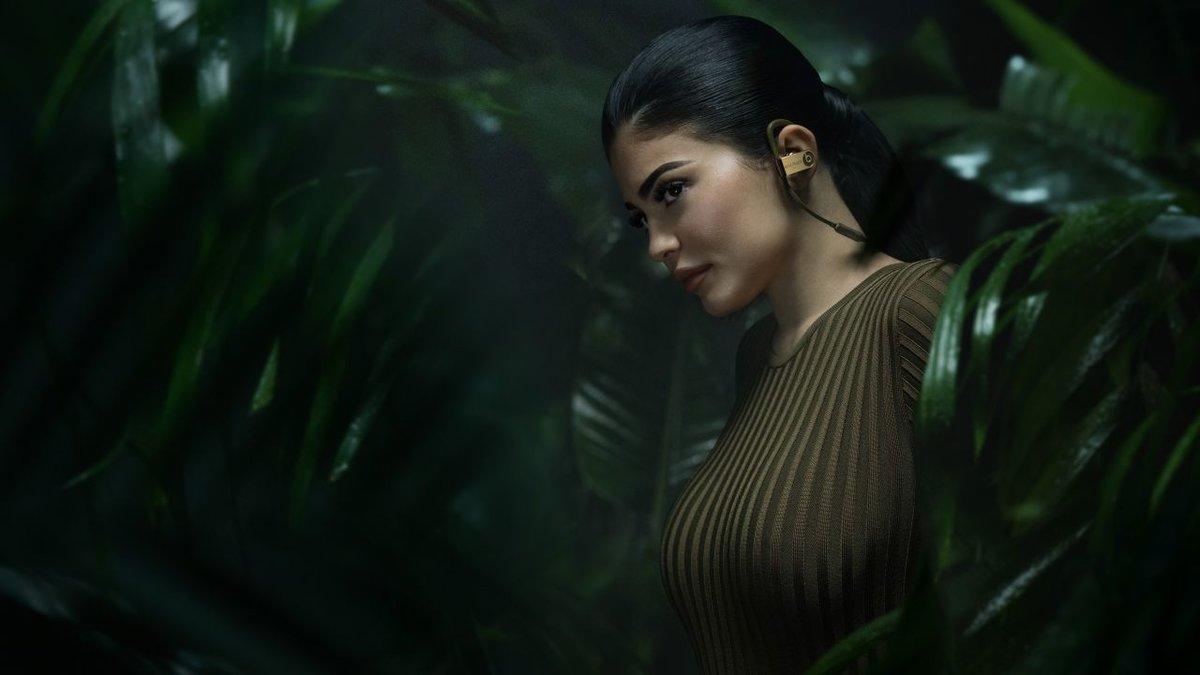 Фото девушек в джунгли, девушка с большой попой стоит раком