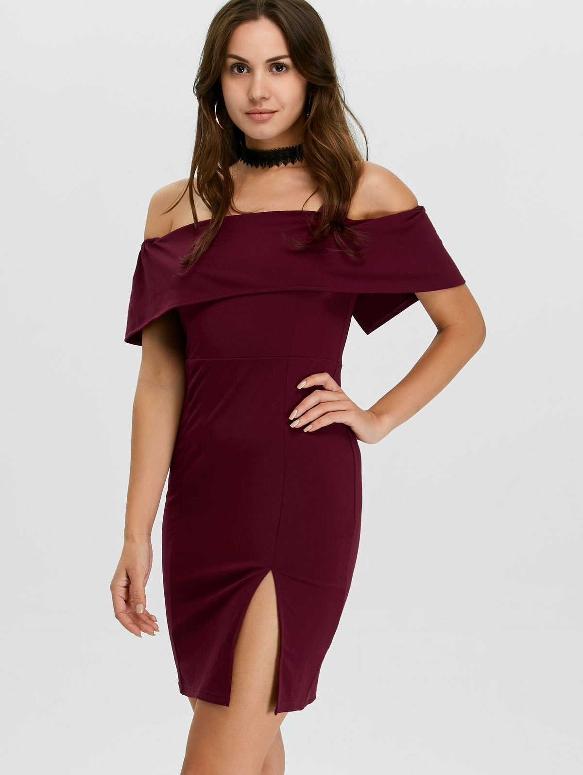 5f0c157551045e8 Короткое бордовое платье с открытыми плечами Короткое бордовое платье с открытыми  плечами