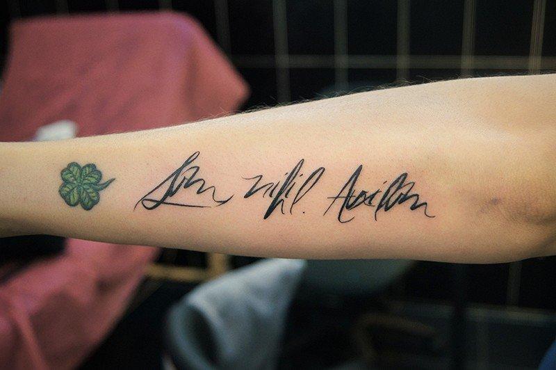 Парню, татуировки на руках надписи с переводом фото эскизы картинки