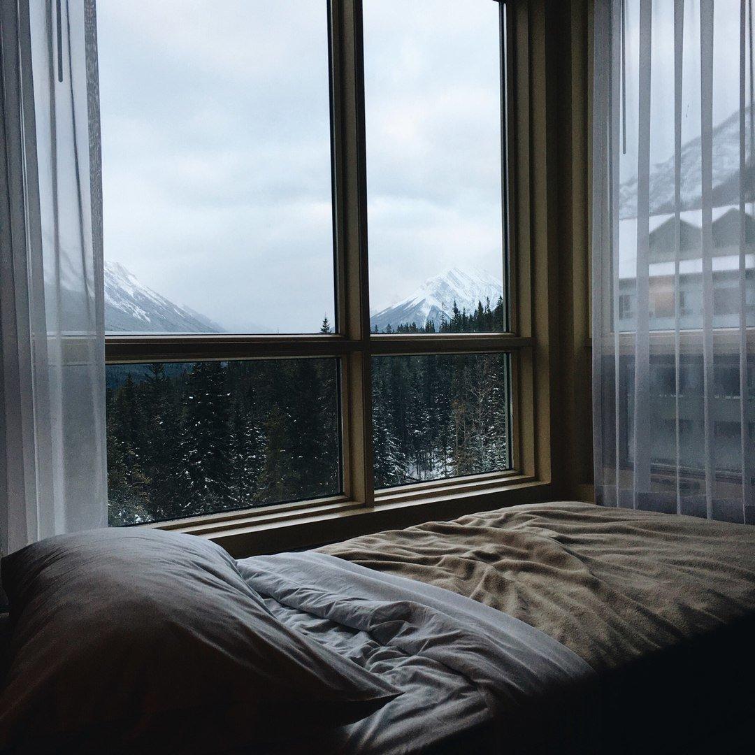 картинка кровати возле окна с дождем будки для