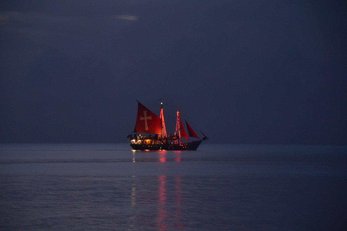 корабль в ночном море картинки красивый десерт станет