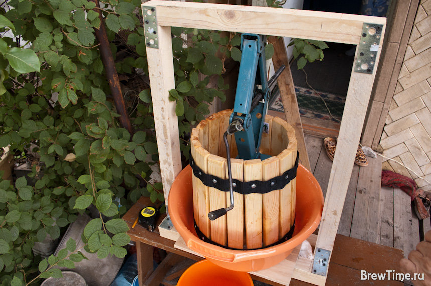 Кухонный гарнитур из дерева своими руками фото подоконный