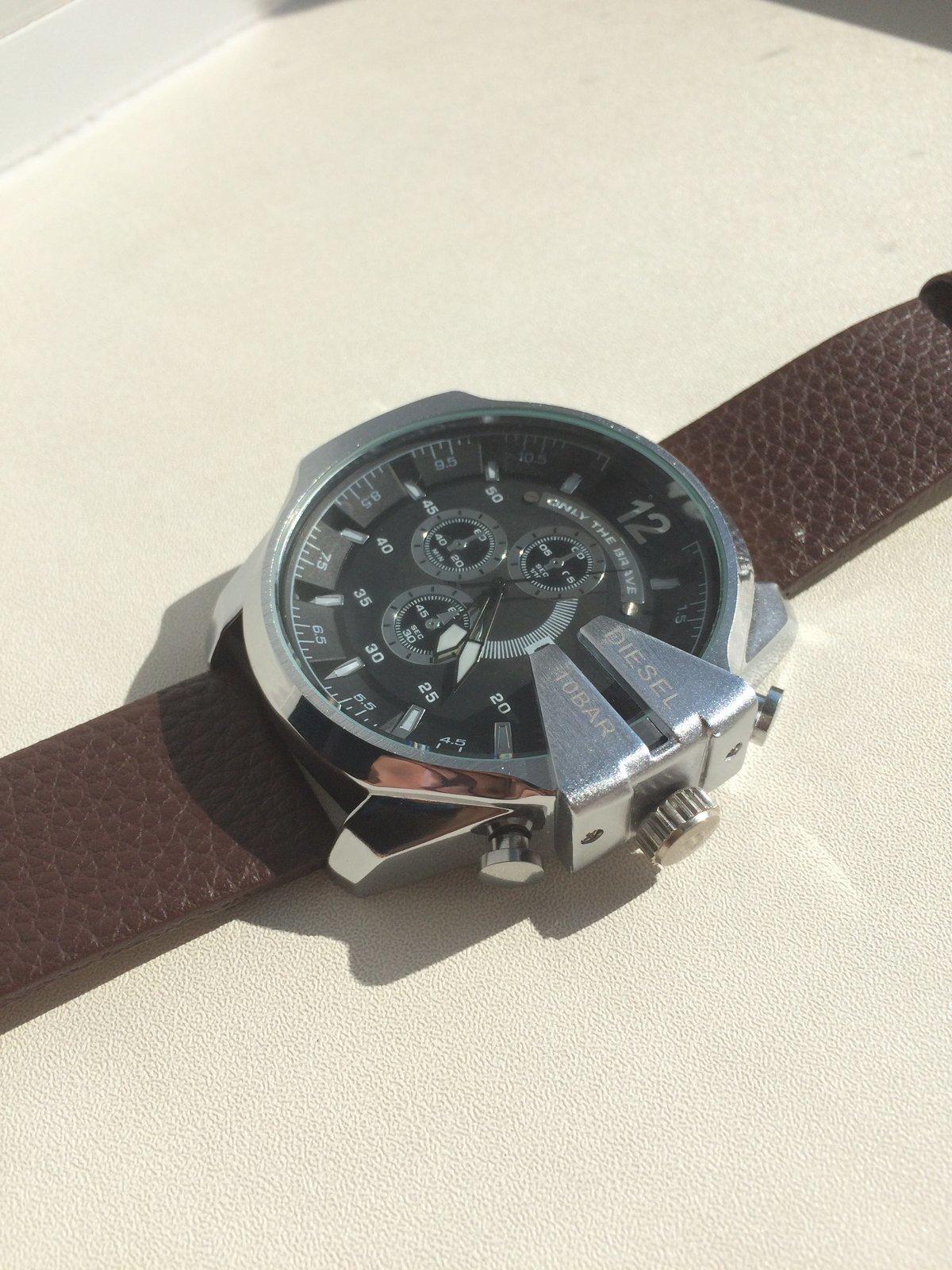 Часы diesel 10 bar на руке