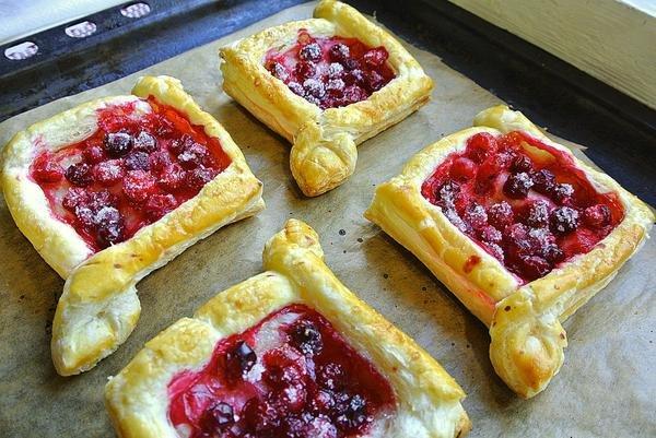 пирог из слоеного теста с замороженной ягодой - 1