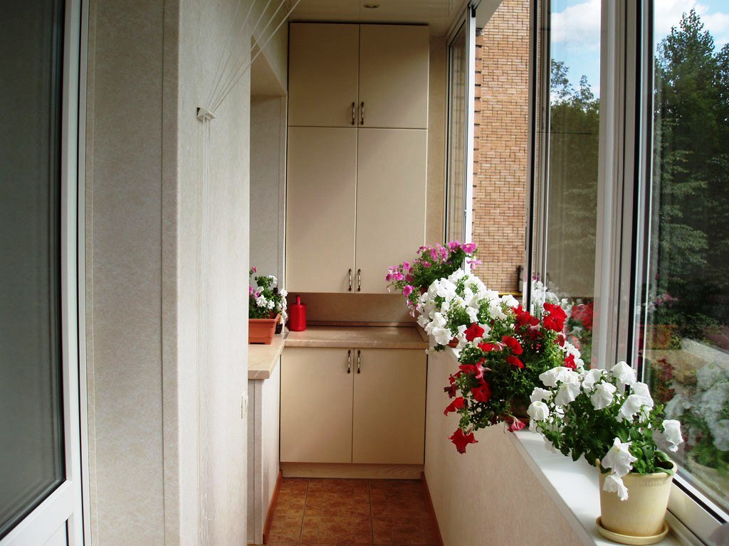 """Балкон в хрущевке с шкафчиками и цветами"""" - карточка пользов."""