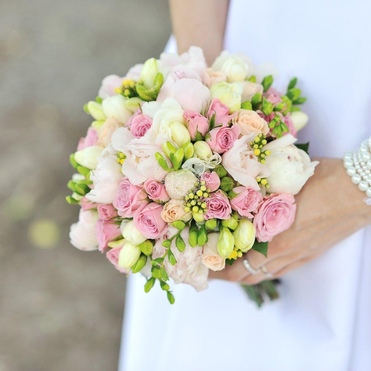 Столы детском, свадебные букеты с кустовой розой