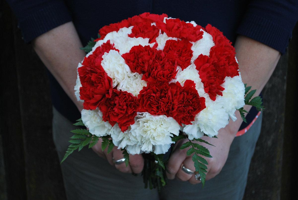 Красный букет невесты из гвоздик купить, доставка цветов