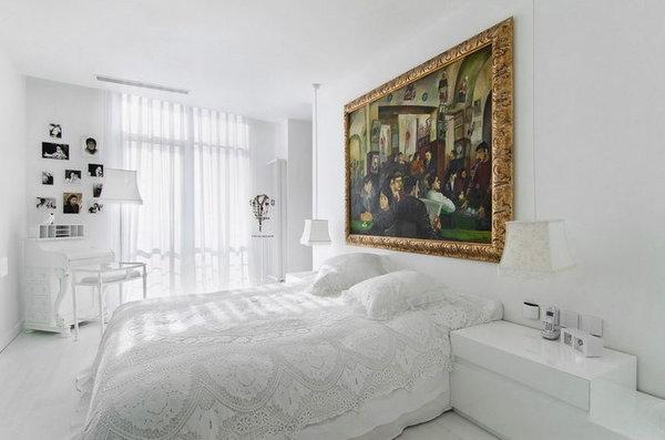 Нестандартный интерьер в белой спальне