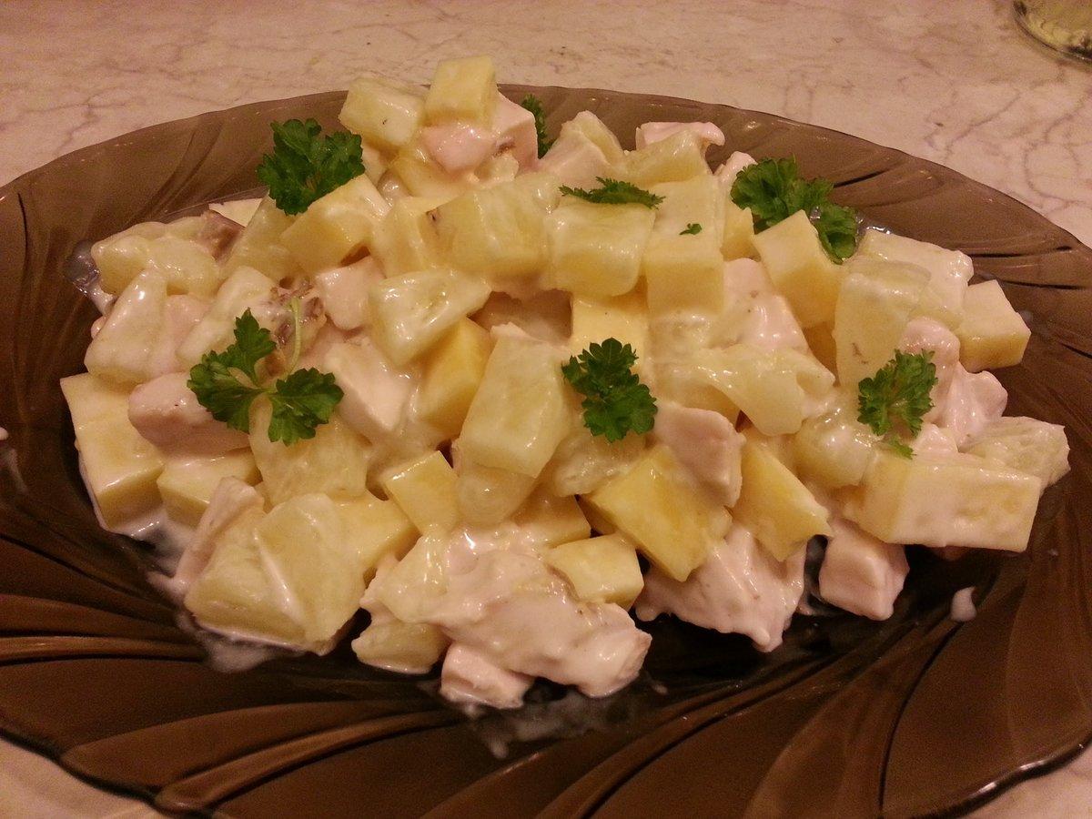 Салат с ананасами и крабовыми палочками.