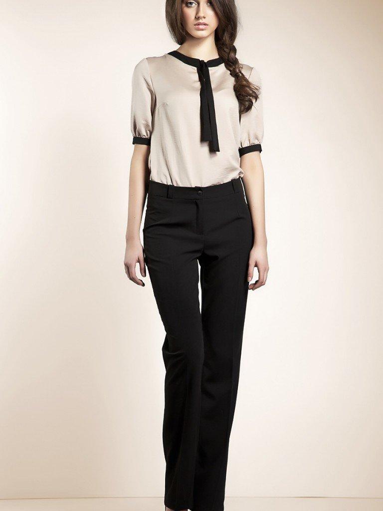 Девушка в брюках и блузке