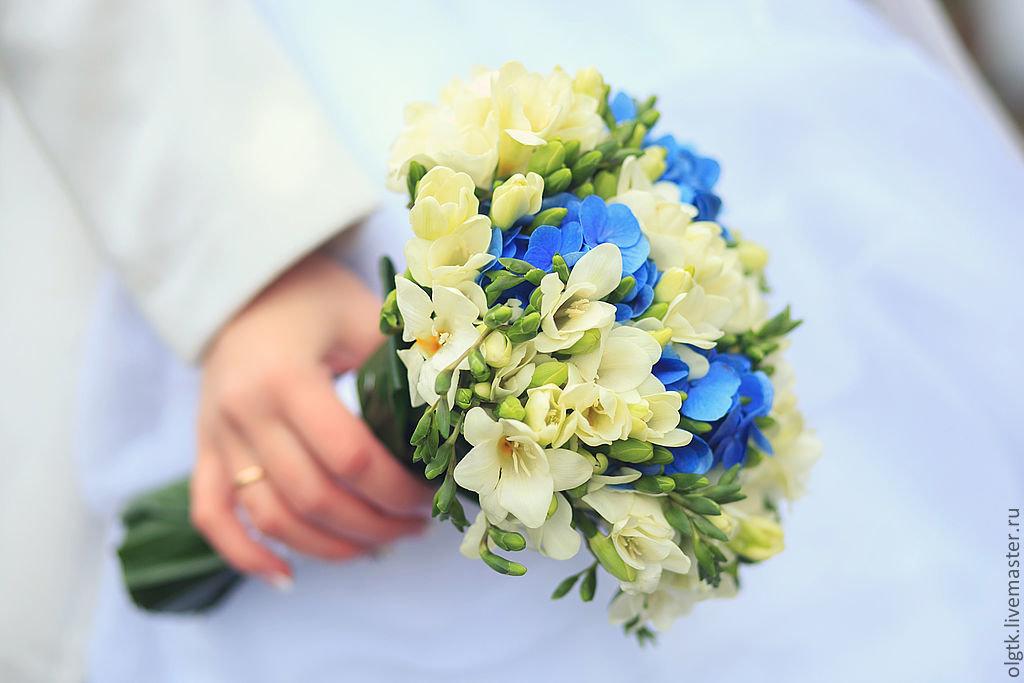 Цветы полтаве, букет с фрезией и гортензией