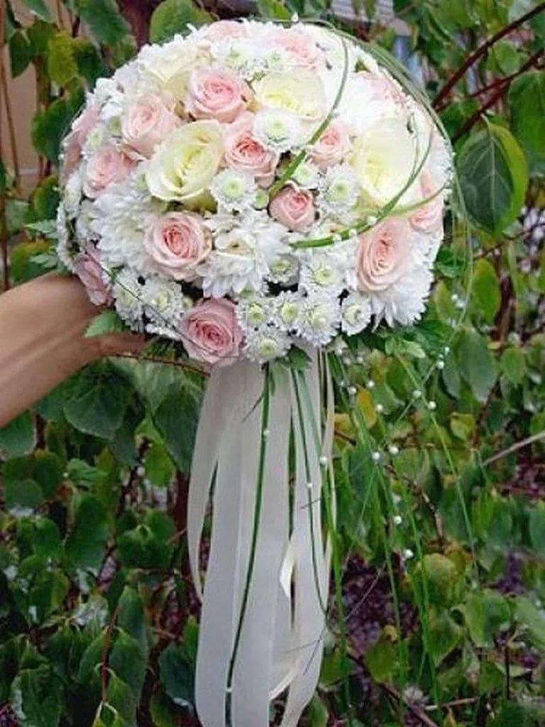 Свадебный букет невесты из кустовых роз и хризантем, цветов