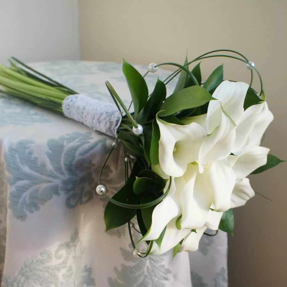 Цветы фиалка, букет из роз и белых калл фото