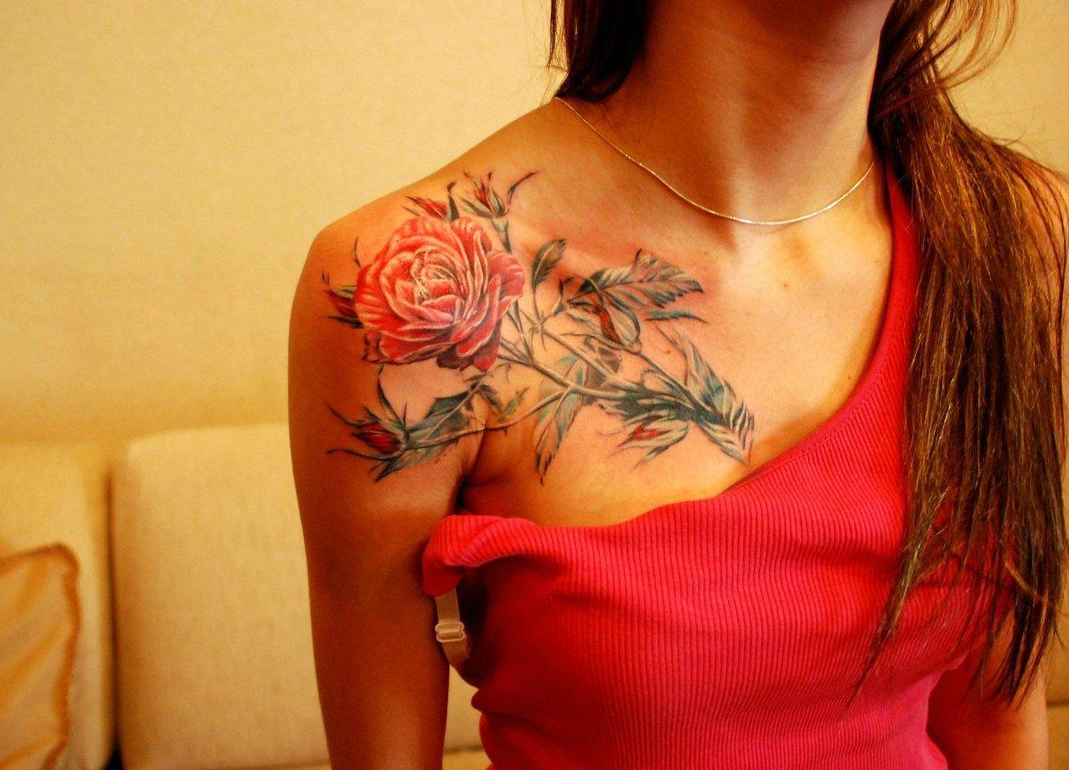 зависимости фото и значение тату розы на плече шатенка пенюаре