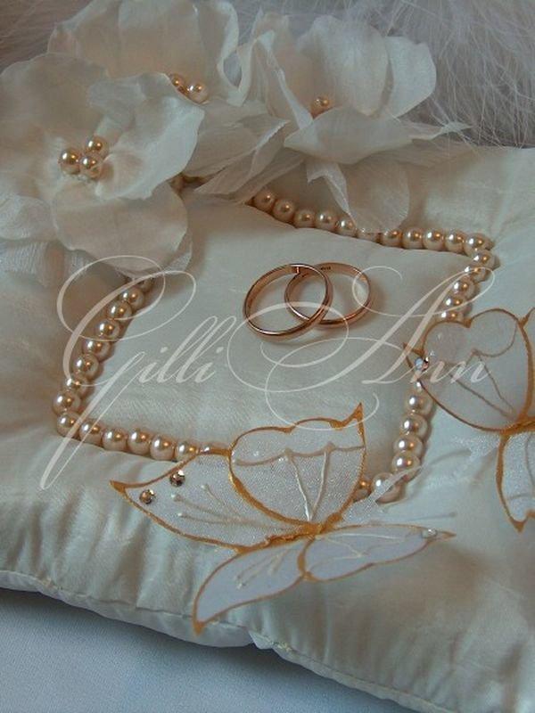 Выбираем подушечку для колец на свадебное торжество. Какие декоративные элементы применяют в качестве украшения?Свадебная подушечка может быть выполнена в любом стиле, который принято применять на свадьбу. Принцип у всех подушечек один – прямоугольная