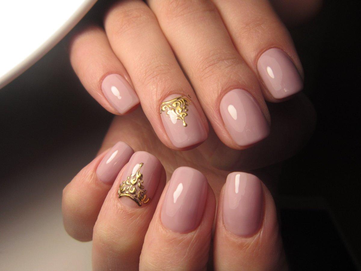 на коротких ногтей золотой рисунок