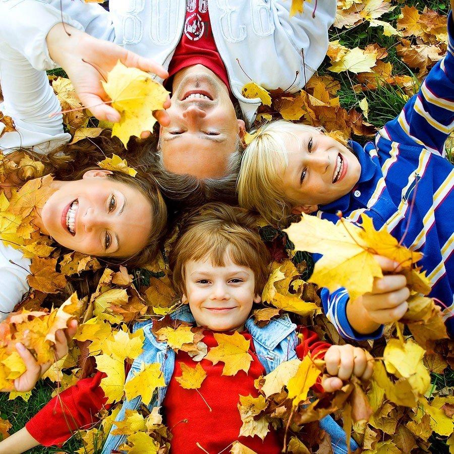 Фотосессия осенью семейная с ребенком