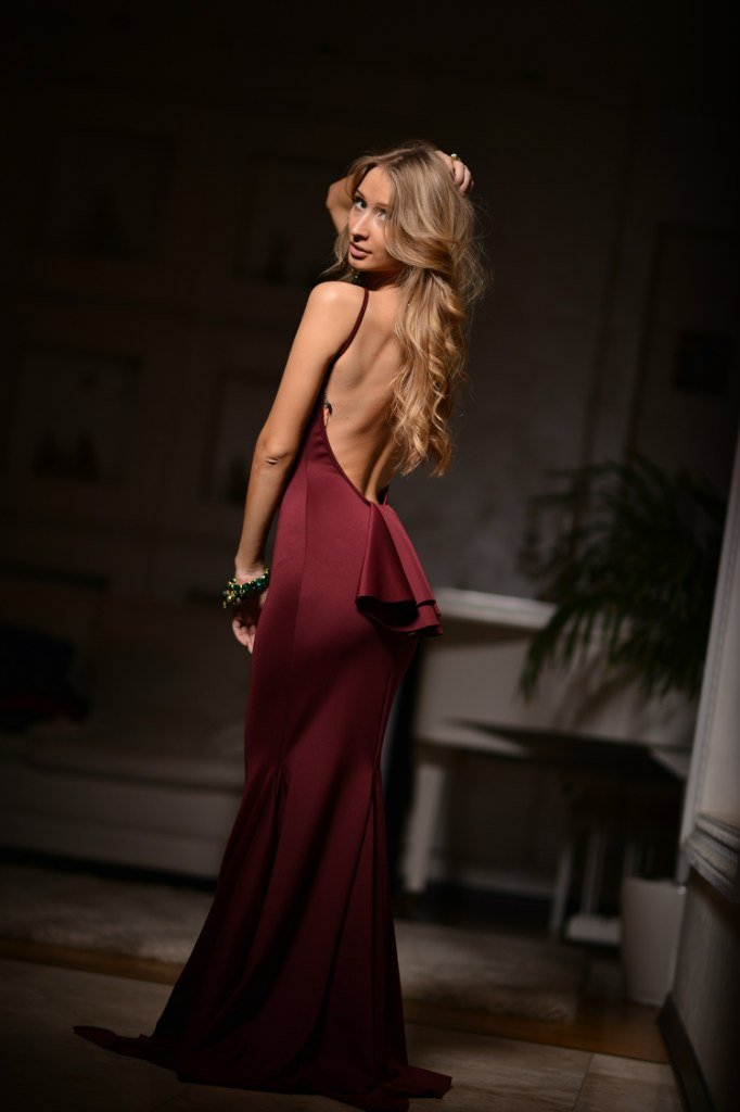 как тут фото вечернего платья с открытой спиной большее дробное