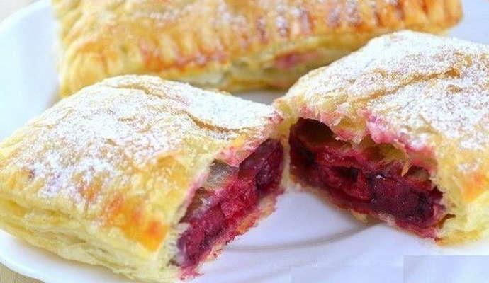 пирог из слоеного теста с замороженной ягодой - 10