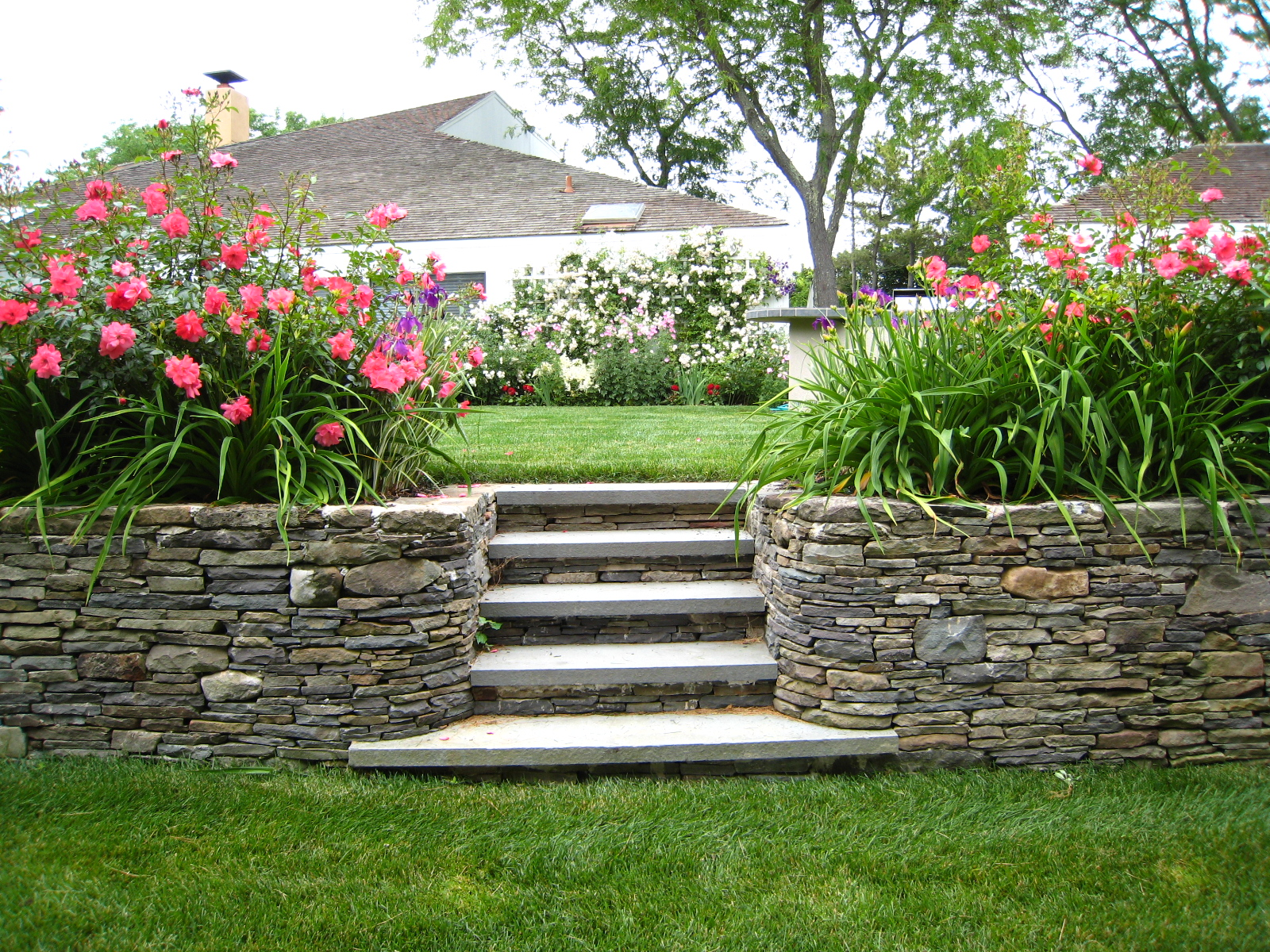 Divine Curbside Landscaping Ideas Featuring Rock Crawling And Garden ...