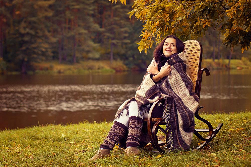 Фотосессия с креслом на природе