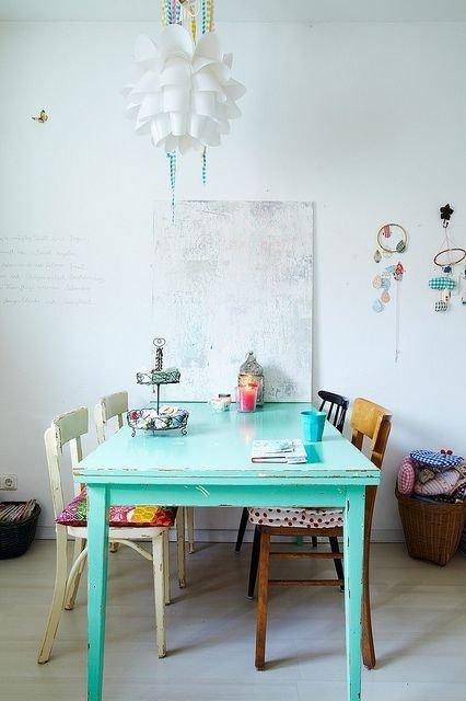Если нужно акцентировать на чем-нибудь внимание, то стоит оформить в мятном цвете важный предмет помещения - стол, на котором разместить мелкие аксессуары однотонного вида или же совершенно другого оттенка.