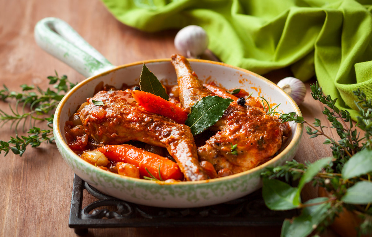 Кроме тушки кролика понадобится 1 стакан горчицы, 1 кг картофеля, грамм сметаны, соль и перец по вкусу.