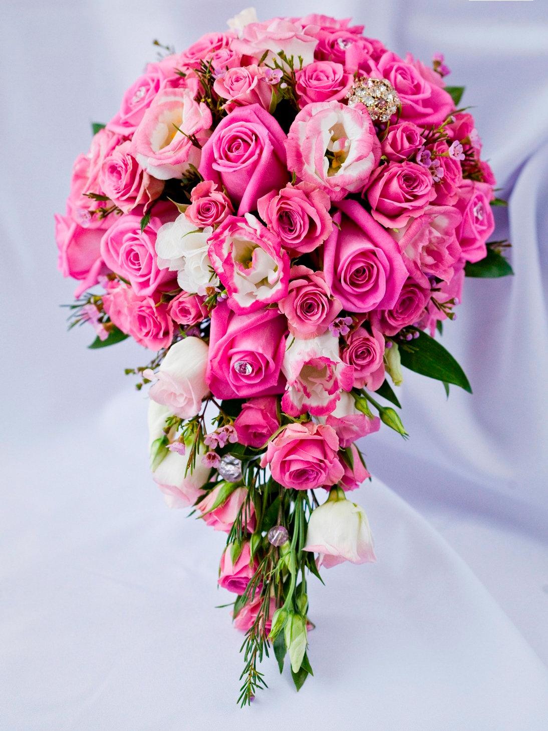 Свадебный букет из розовых роз каскад