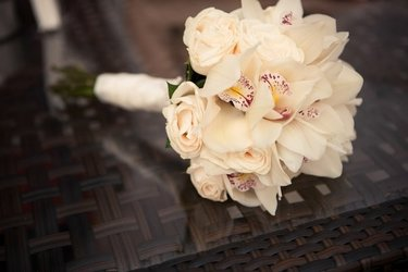 dlya-nedorogie-svadebnie-buketi-iz-kall-i-orhidey-prostie