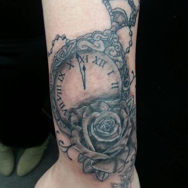 Самые яркие и запоминающиеся татуировки выполняются в бунтарском стиле резкими линиями.