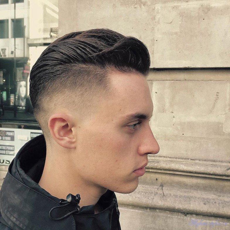 Волосы по бокам головы и на затылочной части, чаще всего стригутся короче, чем сверху, причем локоны сверху и по бокам по длине, отличаются не на много.