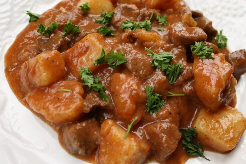 Яство можно оформить из любой филейной части мяса, дополнив продукт уместными составляющими согласно рецептуры.