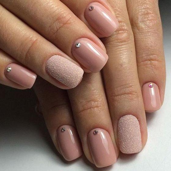Розовый маникюр смотрится естественно и красиво как на коротких, так и на длинных ногтях.