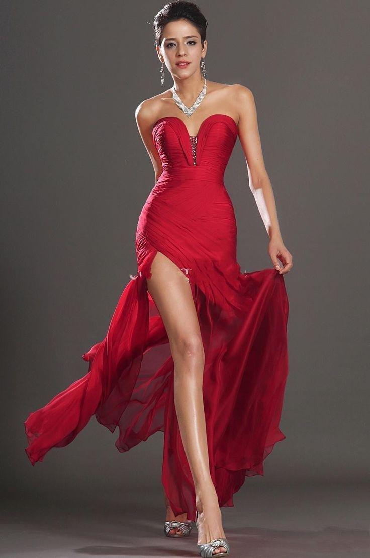 Сексуальное красное платье с разрезами