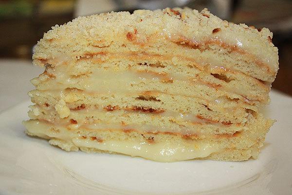 Чтобы торт получился еще более вкусным, после приготовления, оставьте его пропитываться кремом на пару часов.