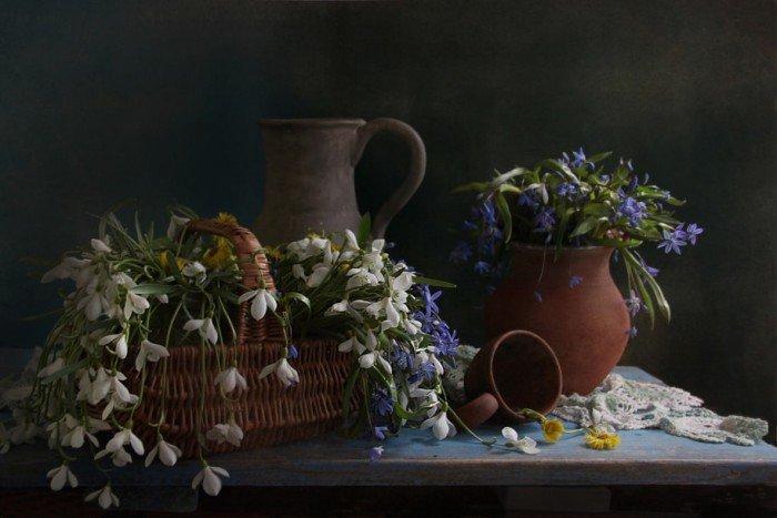 Глиняная посуда подчеркивает легкость натюрморта