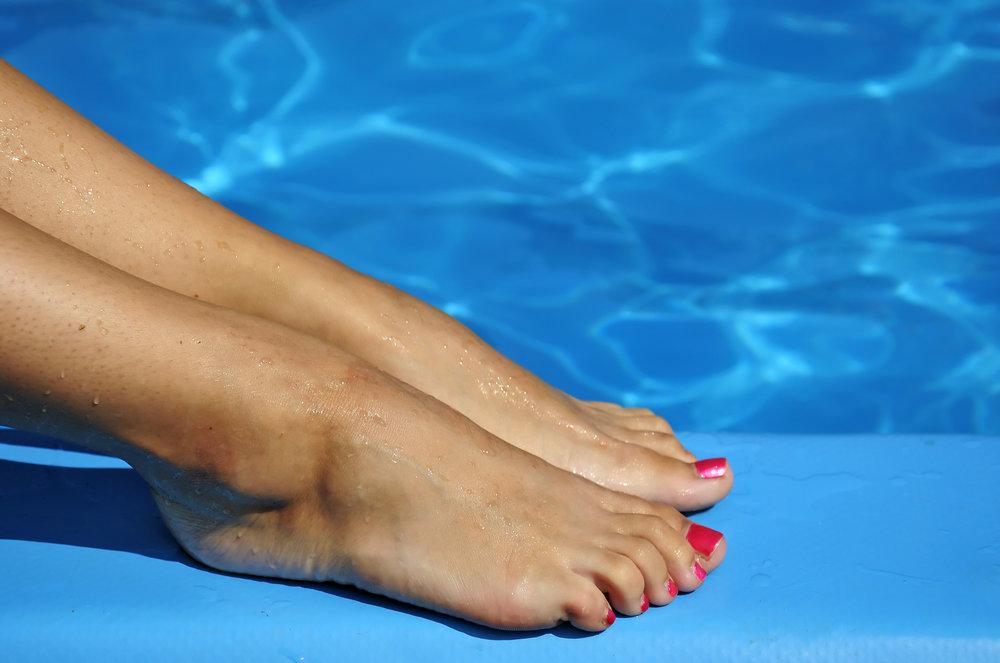 Ножки у бассейна фут