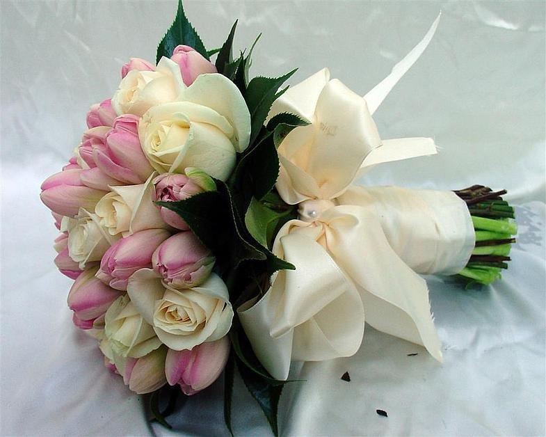 Доставка цветов, свадебный букет дешево из тюльпанов и роз
